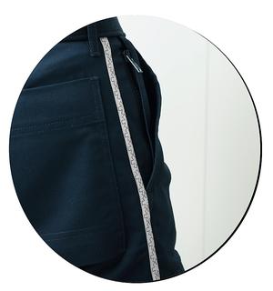 Ce nouveau pantalon pour ambulancier possède un biais décoratif imprimé le long de la jambe.